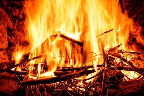 pequeños fuegos por todas partes